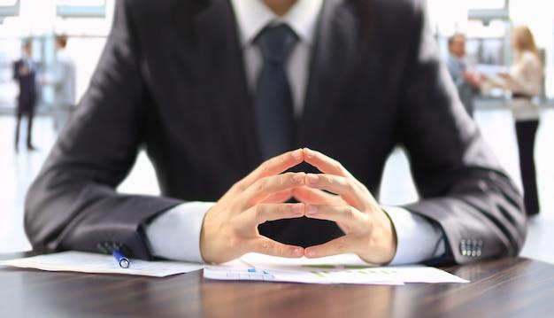 Biznesmen pracy z dokumentami w biurze