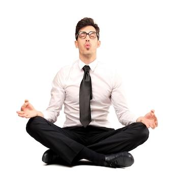 Biznesmen próbuje medytować