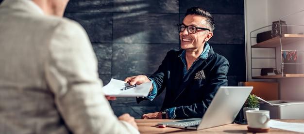 Biznesmen przechodzi kontrakt do swojego klienta