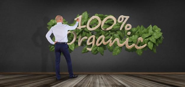 Biznesmen przed drewnianym logo 100% ekologiczny z liśćmi dookoła