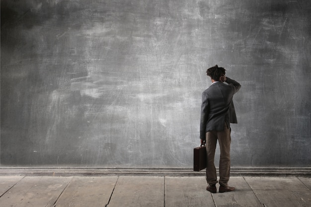 Biznesmen przed tablicą