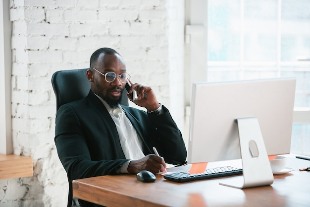 Biznesmen przedsiębiorca pracuje skoncentrowany w biurze