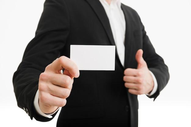 Biznesmen przedstawia wizytówkę z aprobatami