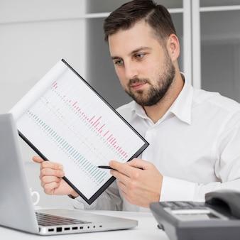 Biznesmen przedstawiający projekt w biurze