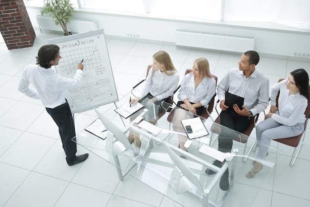 Biznesmen przedstawiający swój nowy plan marketingowy swoim współpracownikom.zdjęcie z miejscem na kopię