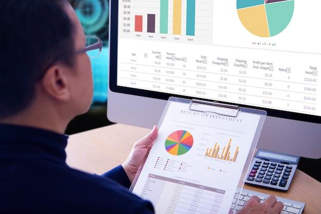 Biznesmen przeglądając raporty finansowe