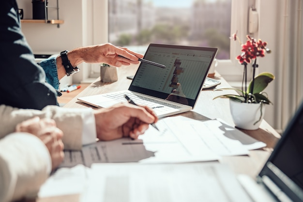 Biznesmen przeglądu osi czasu projektu