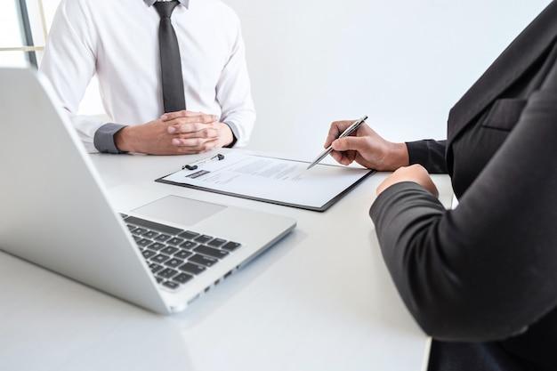 Biznesmen przeprowadza rozmowy kwalifikacyjne z kandydatem do pracy