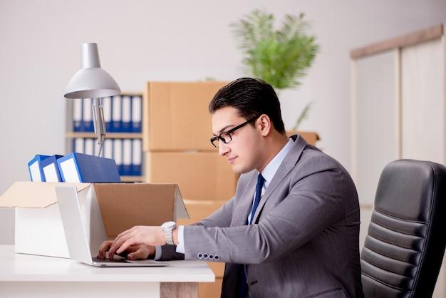 Biznesmen przeprowadzki biur po promocji