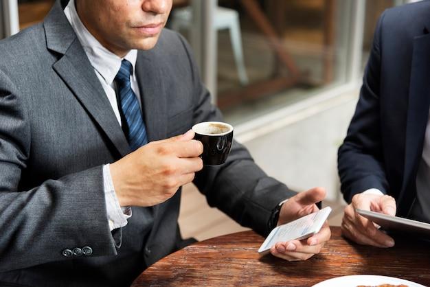 Biznesmen przerwa kawowa telefonu pojęcie