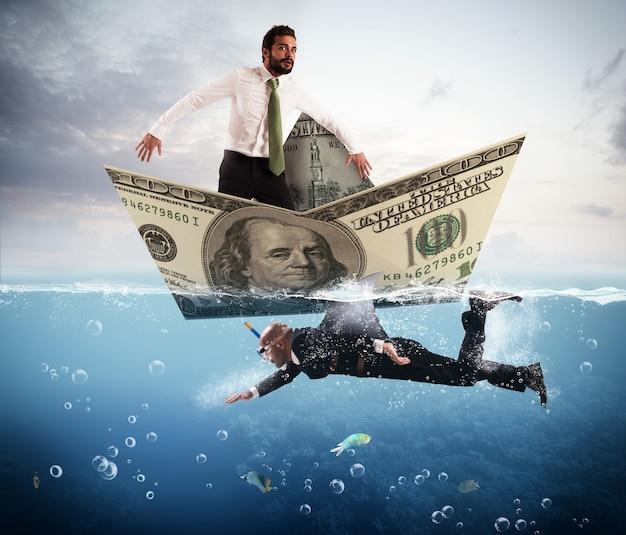 Biznesmen przestraszony banknotem łodzi przez rekina