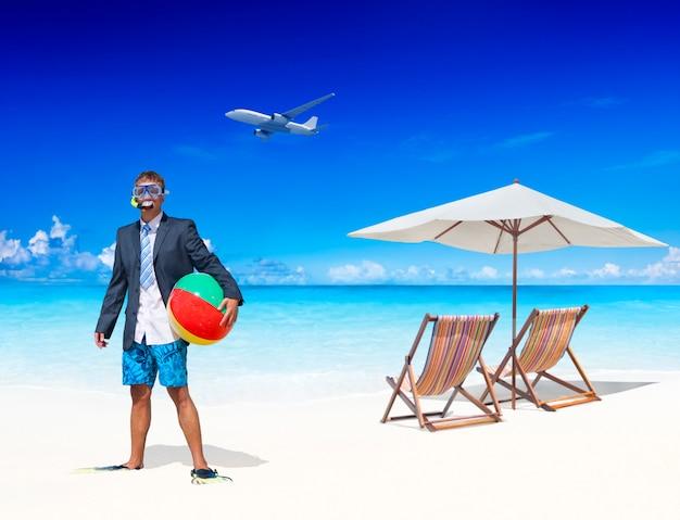 Biznesmen przy plaży uciekając od tego wszystkiego