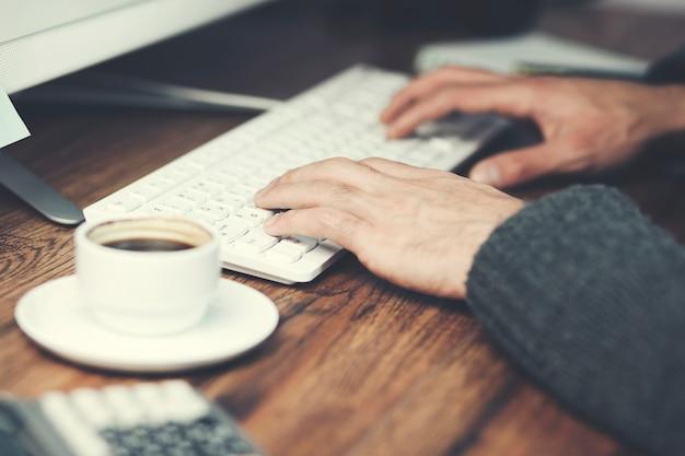 Biznesmen przy użyciu komputera