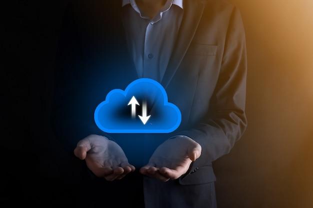 Biznesmen przytrzymaj ikonę chmury. koncepcja przetwarzania w chmurze - podłącz inteligentny telefon do chmury. informatyk sieci komputerowych z inteligentnych telefonów. koncepcja dużych danych.