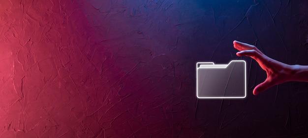 Biznesmen przytrzymaj ikonę folderu. system zarządzania dokumentami lub konfiguracja dms przez konsultanta it z nowoczesnym komputerem wyszukują zarządzanie informacjami i plikami firmowymi. przetwarzanie biznesowe, neon