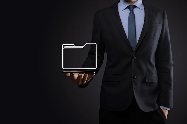 Biznesmen przytrzymaj ikonę folderu. system zarządzania dokumentami lub konfiguracja dms przez konsultanta it z nowoczesnymi