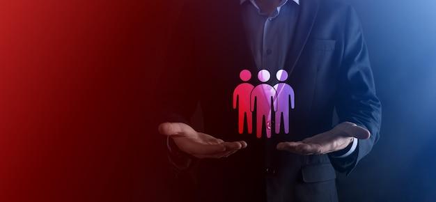 Biznesmen przytrzymaj ikonę pracy zespołowej. budowanie silnego zespołu. ludzie ikona. zasoby ludzkie i koncepcja zarządzania. sieci społecznościowe, koncepcja centrum oceny, audyt osobisty lub koncepcja crm.