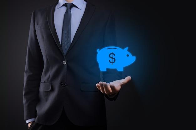Biznesmen przytrzymaj ikonę skarbonka. planowanie wydatków biznesowych i pieniędzy i budżet inwestycyjny, biznes oszczędzania pieniędzy concept.save lub inwestycji.