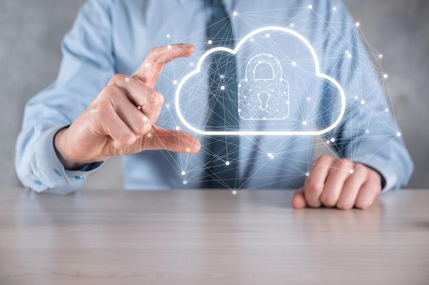 Biznesmen przytrzymaj, przechowując dane w chmurze i bezpieczeństwo na globalnej sieci, ikona kłódki i chmury. technologia biznesu.cyberbezpieczeństwo i informacja lub projekt ochrony sieci.internet.