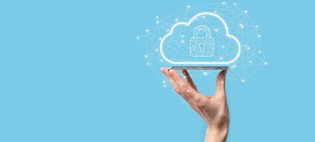 Biznesmen Przytrzymaj, Przechowując Dane W Chmurze I Bezpieczeństwo Na Globalnej Sieci, Ikona Kłódki I Chmury. Technologia Biznesu.cyberbezpieczeństwo I Ochrona Informacji Lub Sieci.projekt Internetowy Premium Zdjęcia