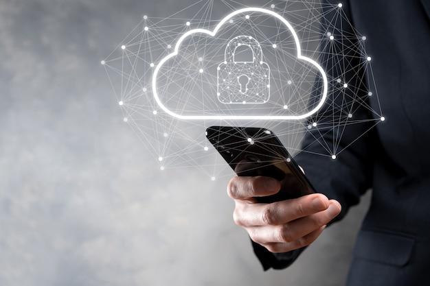 Biznesmen przytrzymaj, przechowując dane w chmurze i bezpieczeństwo na globalnej sieci, ikona kłódki i chmury. technologia biznesu.cyberbezpieczeństwo i ochrona informacji lub sieci.projekt internetowy