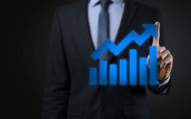 Biznesmen przytrzymaj rysunek na ekranie rośnie wykres, strzałka ikony pozytywnego wzrostu. wskazując na wykresie kreatywnego biznesu ze strzałkami w górę. finansowe, koncepcja wzrostu gospodarczego.