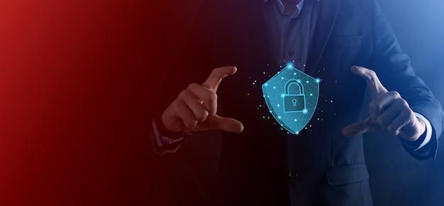Biznesmen przytrzymaj tarczę low poly wielokąta z ikoną kłódki. koncepcja systemu bezpiecznego dostępu. biznesowa gwarancja finansowa dla koncepcji investment.antivirus. bezpieczeństwo technologii. sieć ochrony, bezpieczne dane.
