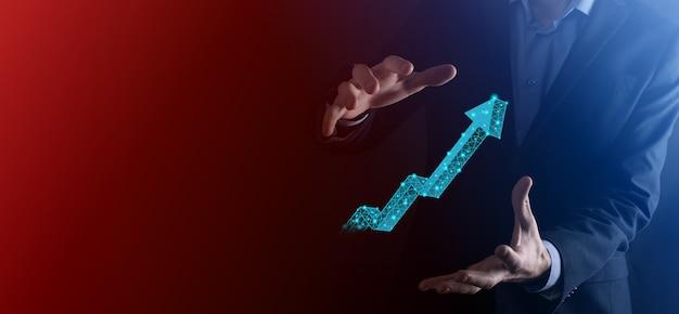 Biznesmen przytrzymaj wykres, strzałka ikony pozytywnego wzrostu. wskazując na kreatywny wykres biznesowy ze strzałkami w górę. finansowa, koncepcja rozwoju biznesowego. niska wielokąta. zwiększona sprzedaż lub zwiększona wartość