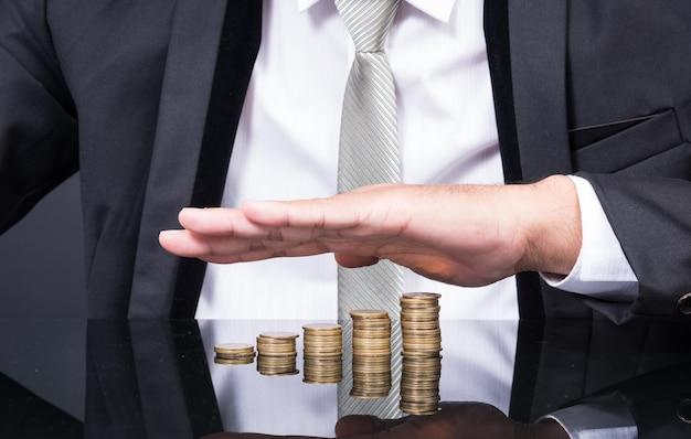 Biznesmen ręce ochrony złote pieniądze monety baht