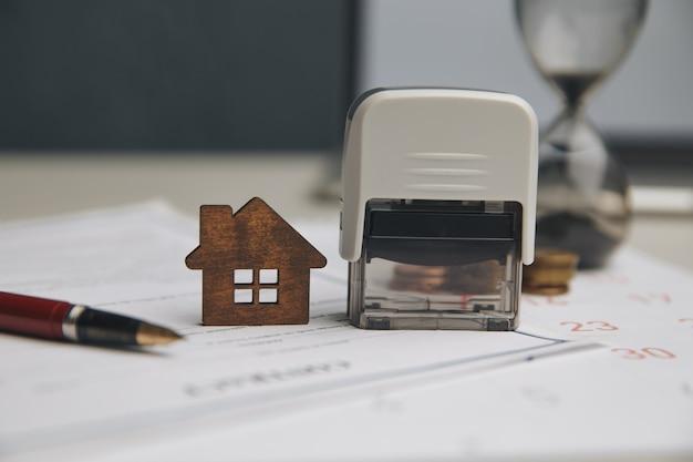 Biznesmen ręce podpisywanie dokumentów plik dokumentacji finansowej lub hipotecznej nieruchomości