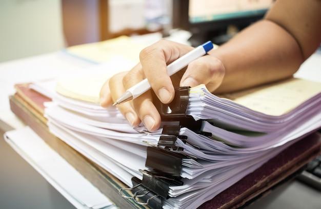Biznesmen ręce wyszukiwanie gotowych dokumentów