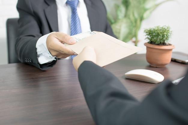 Biznesmen reciving pieniędzy, przekupstwa i koncepcji korupcji