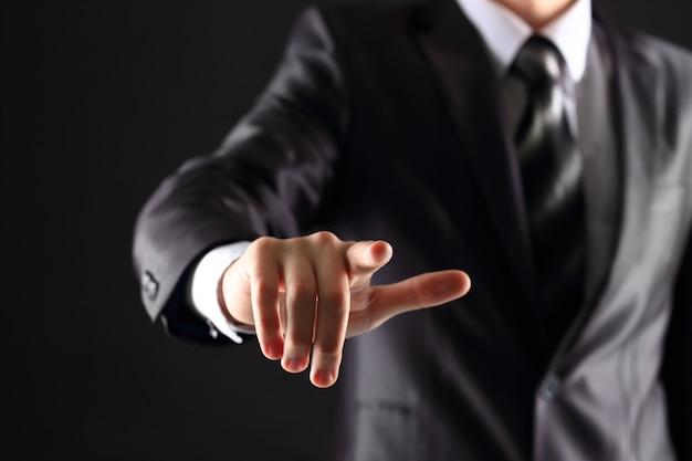 Biznesmen ręcznie naciskając wyimaginowany przycisk na wirtualnym ekranie