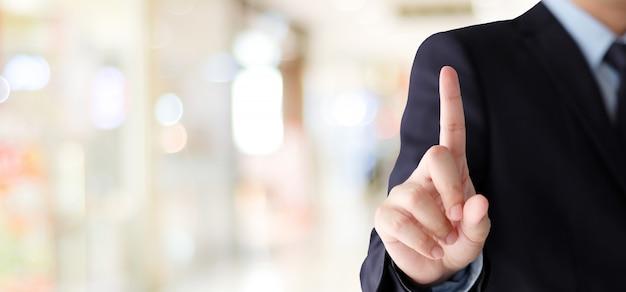 Biznesmen ręka dotyka nad plamy biurowym tłem, biznesowy tło, sztandar