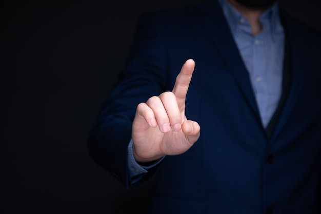 Biznesmen ręką dotykając wirtualnego ekranu, koncepcja nowoczesnego tła