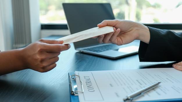 Biznesmen ręka oferują łapówki pieniądze w kopercie za podpisanie umowy o projekt biznesowy, urzędnicy rządowi odmówili, koncepcja korupcji i przeciwdziałania przekupstwu.