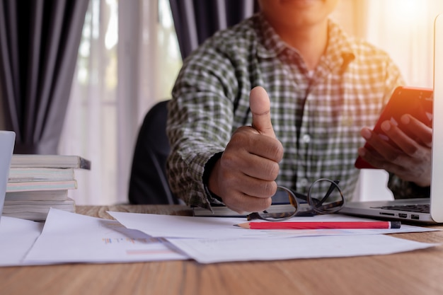 Biznesmen ręka pokazuje kciuk up - jak znak.