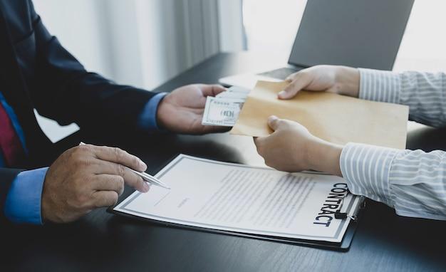 Biznesmen ręka trzyma banknot dolara pieniędzy, aby przekupić urzędników finansowych antykorupcyjnych oncept