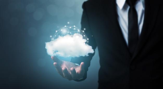 Biznesmen ręka trzyma chmura serwer transferu danych urządzenia