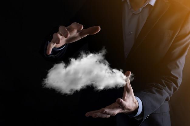 Biznesmen ręka trzyma chmurę. koncepcja cloud computing, bliska młody biznesmen z chmurą nad ręką. koncepcja usługi w chmurze.