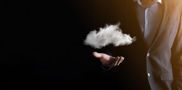 Biznesmen ręka trzyma chmurę.