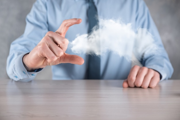 Biznesmen ręka trzyma chmurę