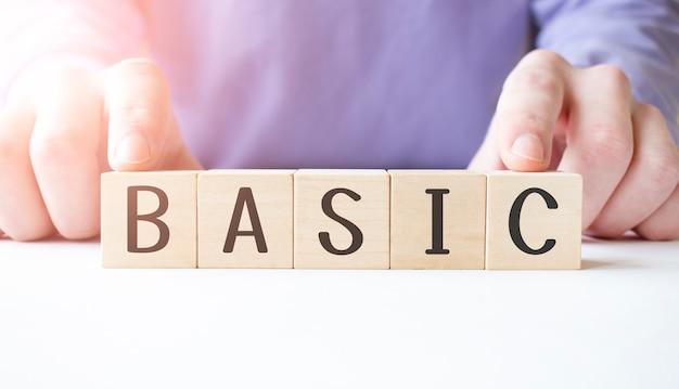 Biznesmen ręka trzyma drewniany sześcian blok z podstawowym biznesowym słowem na tle tabeli. misja, wizja i koncepcja podstawowych wartości