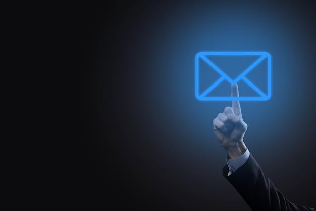 Biznesmen ręka trzyma ikonę e-mail, skontaktuj się z nami przez e-mail biuletyn i chroń swoje dane osobowe przed spamem. centrum obsługi klienta skontaktuj się z nami koncepcja