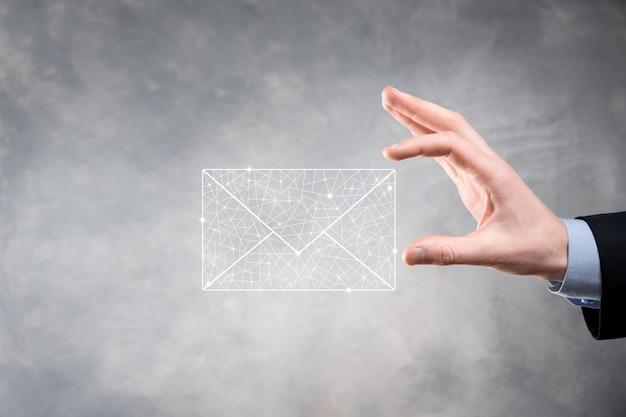 Biznesmen ręka trzyma ikonę e-mail, skontaktuj się z nami przez e-mail z biuletynem i chroń swoje dane osobowe przed spamem