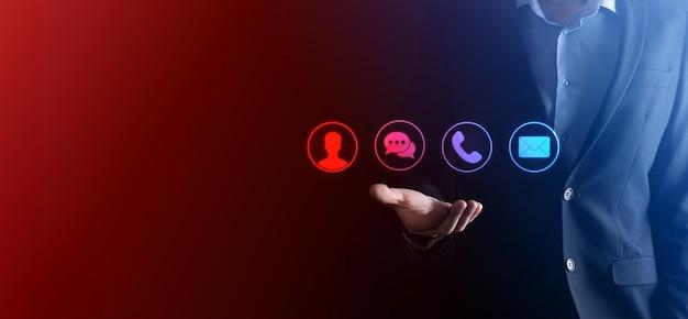 Biznesmen ręka trzyma, naciskając na telefon ikona, poczta, telefon, wiadomość, post i osoba, użytkownik. centrum obsługi klienta skontaktuj się z nami koncepcja. baner, kopia miejsca. metody kontaktu.