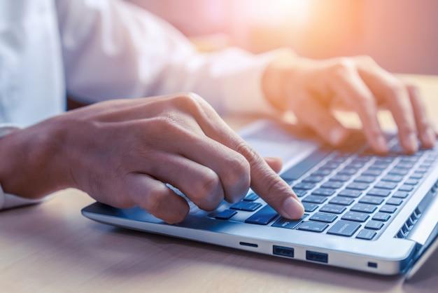 Biznesmen ręka używać laptop w biurze.