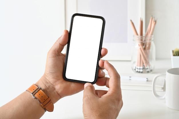 Biznesmen ręka używać pustego bielu ekranu mobilnego mądrze telefon.