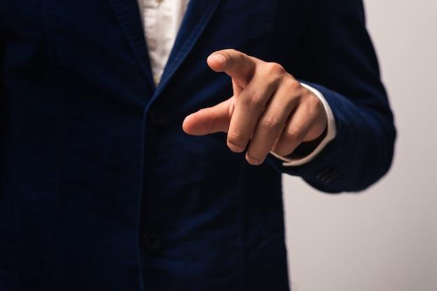 Biznesmen ręką wskazując lub dotykając pusty ekran wirtualny.