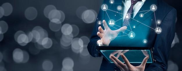 Biznesmen ręki pastylka z wirtualnymi ogólnospołecznymi medialnymi guzikami